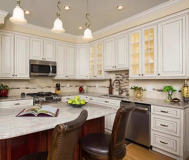 KITCHEN Traditional cream cabinetry